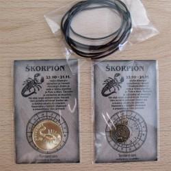 Prívesok, minca a čierna kožená šnúrka.