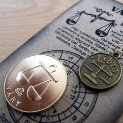 Detail prívesku a mince - predná strana.